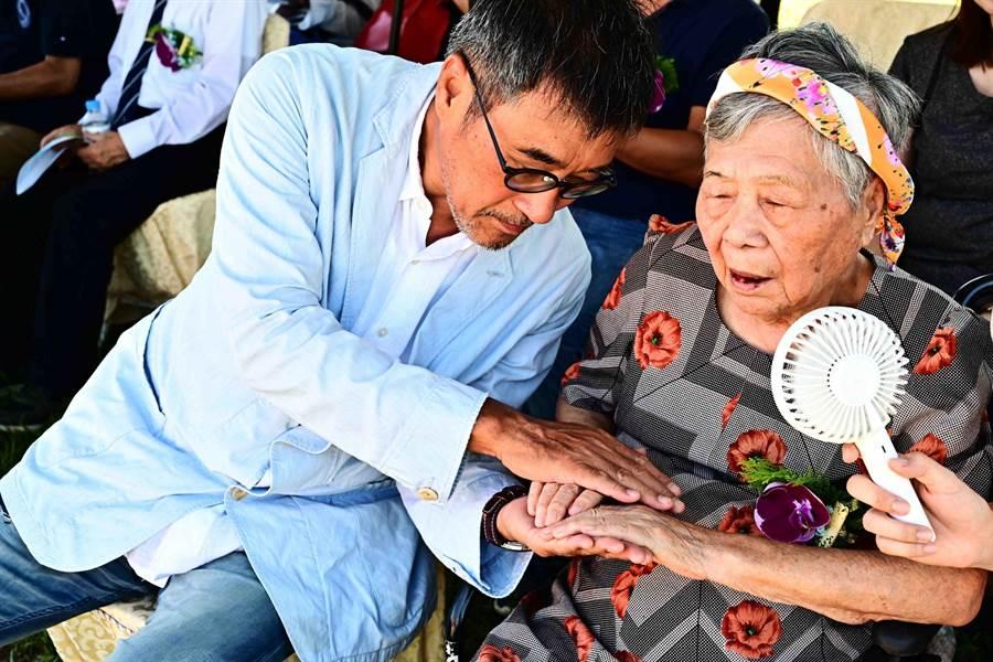 李宗盛陪同96歲老媽媽到花蓮出席動土典禮。(相信音樂提供/王志偉花蓮傳真)