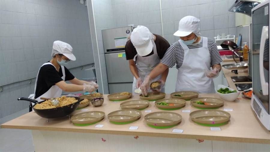 營養系學生烹調「義大利燉飯」,進行分盤擺飾,準備上桌宴饗長者。(衛福部苗栗醫院/巫靜婷苗栗傳真)