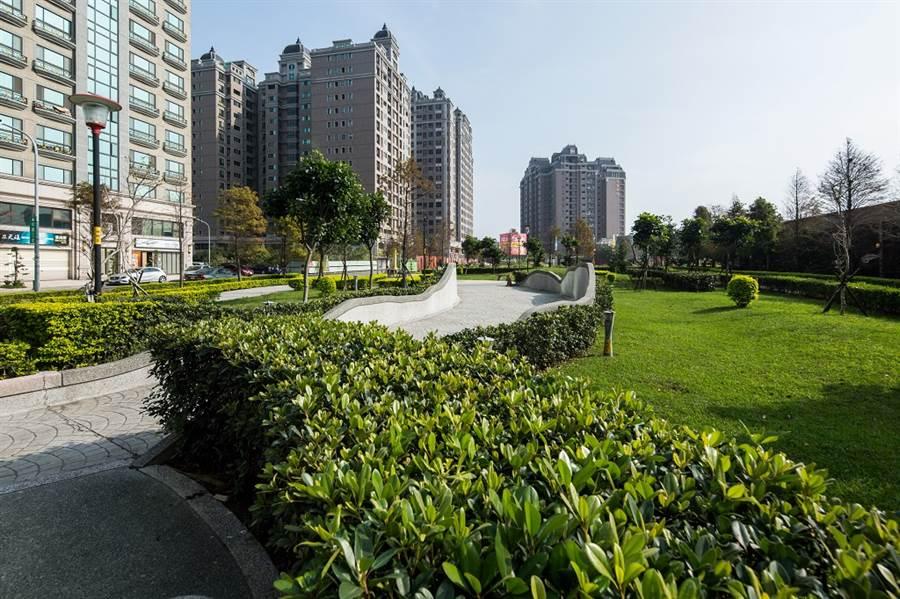 過嶺重劃區規劃棋盤式整齊道路及舒適行人步道,「宜雄絢耀」有繁華與靜謐雙贏的優質環境。/圖由業者提供