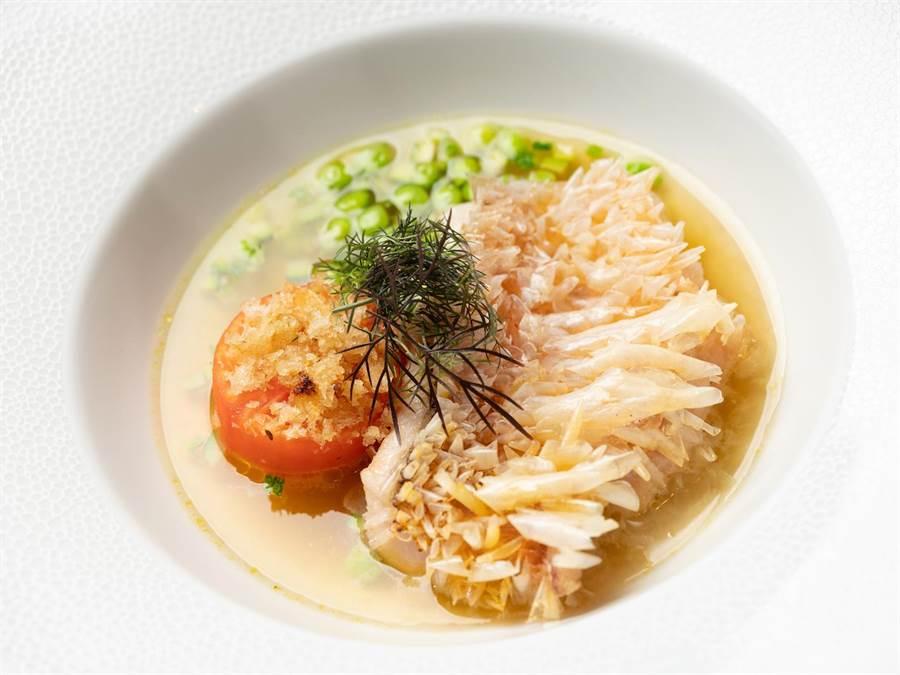 「香煎馬頭魚、焗蕃茄、櫛瓜、青豆、蕃茄澄清湯」。(台北文華東方酒店提供)