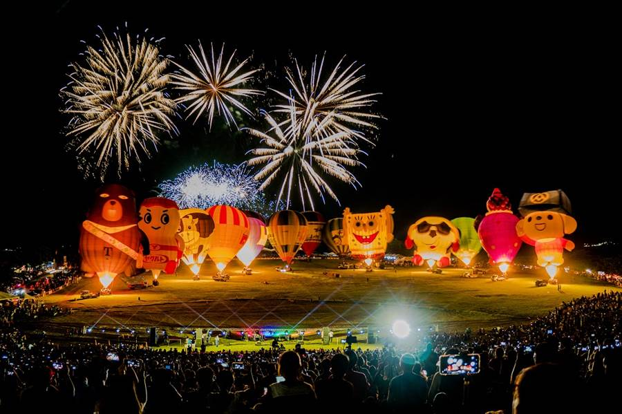 臺東成為島內出國選項,首日之開幕及光雕音樂會吸引了超過12萬人次前往欣賞,足見熱氣球嘉年華展現的高人氣。/圖由台東縣政府提供