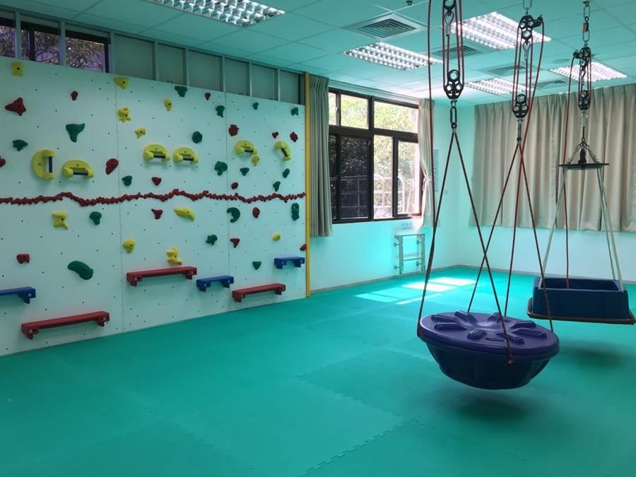 早療中心也設置許多器材,讓孩子在遊戲中接受治療訓練。(圖/賴彥竹攝)