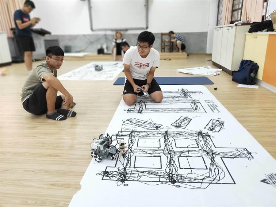 新北市中和高中參加全國《亞洲機器人大賽》4隊全壘打。(中和高中提供)