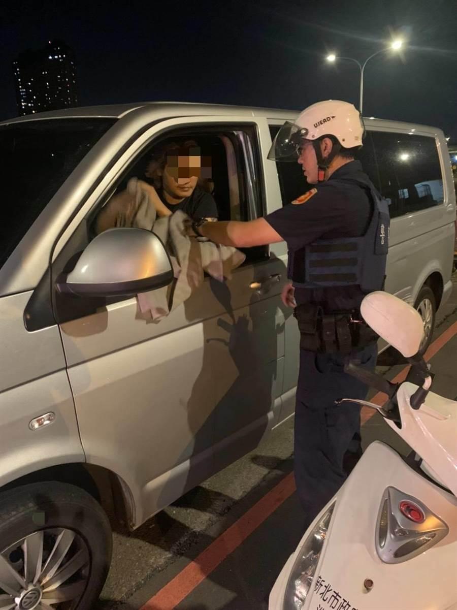 新北市新店警分局警員開導吳姓男子。(新店警分局提供)