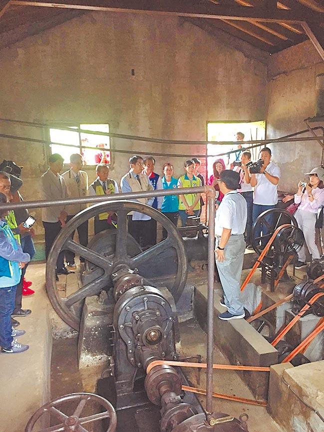 修復典禮當天,台南市長黃偉哲更至抽水站視察,對百年機械能再度運轉表示欣慰,也期望能藉此發展地方觀光特色。圖/南台科大提供