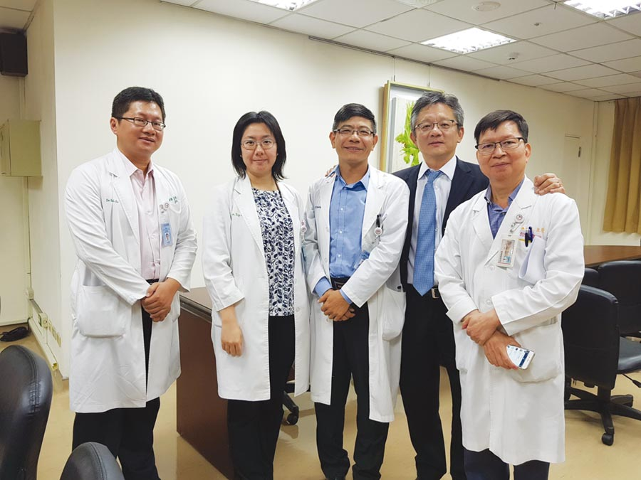 中山醫大附設醫院專業團隊與沛爾生醫林成龍教授(右二)合影。圖/業者提供