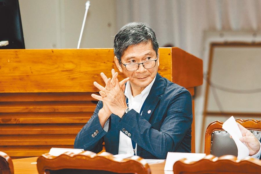 文化部長李永得(右)23日出席「後疫情時期藝術品市場如何振興」公聽會,聽取意見。(郭吉銓攝)