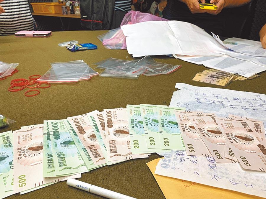 新北市三重警分局22日攻堅賭場,當場查扣2萬8000元的三倍券及27名賭客。(翻攝照片/賴彥竹新北傳真)