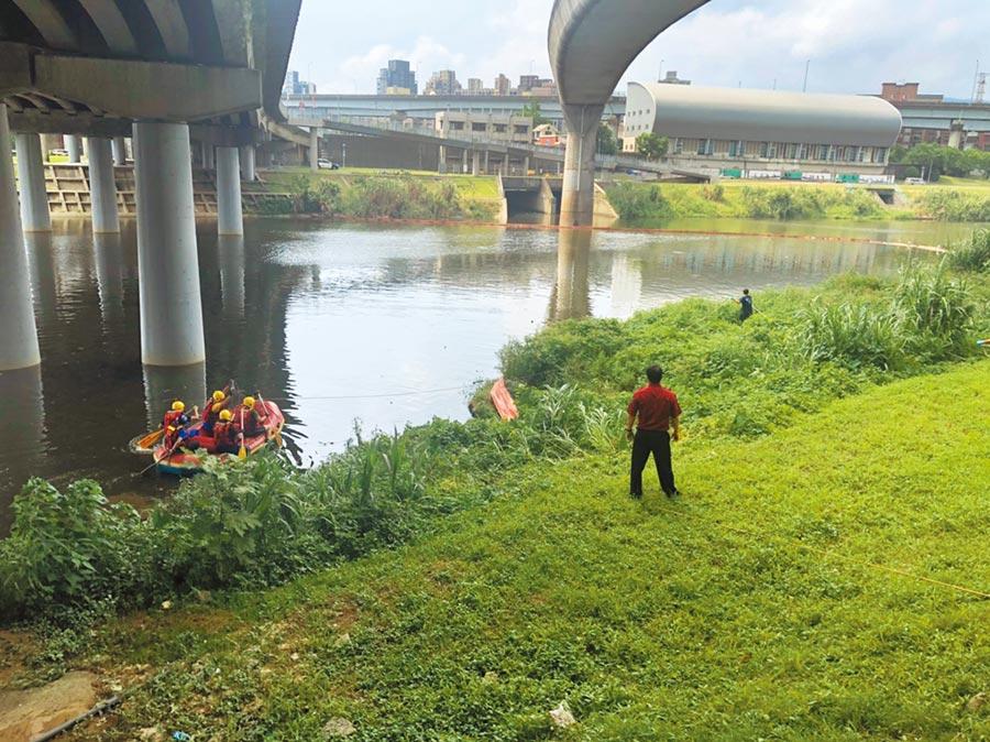 北市消防局23日獲報南湖大橋下有一具浮屍,經出動橡皮艇打撈,赫然發現死者是北市建管處涉貪的助理工程員曾華崇。(翻攝照片/林郁平台北傳真)