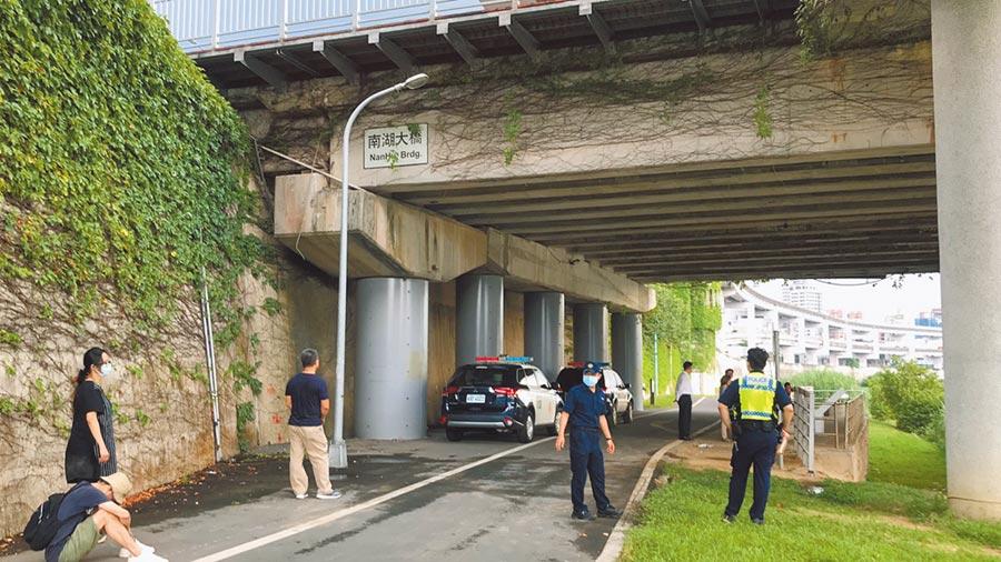 警方23日在河邊拉起封鎖線採證,從死者身上的證件確認為曾華崇,檢方今天上午初驗確認生前落水。(翻攝照片/林郁平台北傳真)