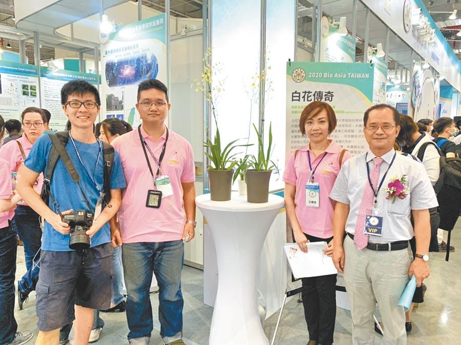 台大植物科學研究所教授葉開溫(右一)與團隊成功基因改良白花文心蘭。(張薷攝)