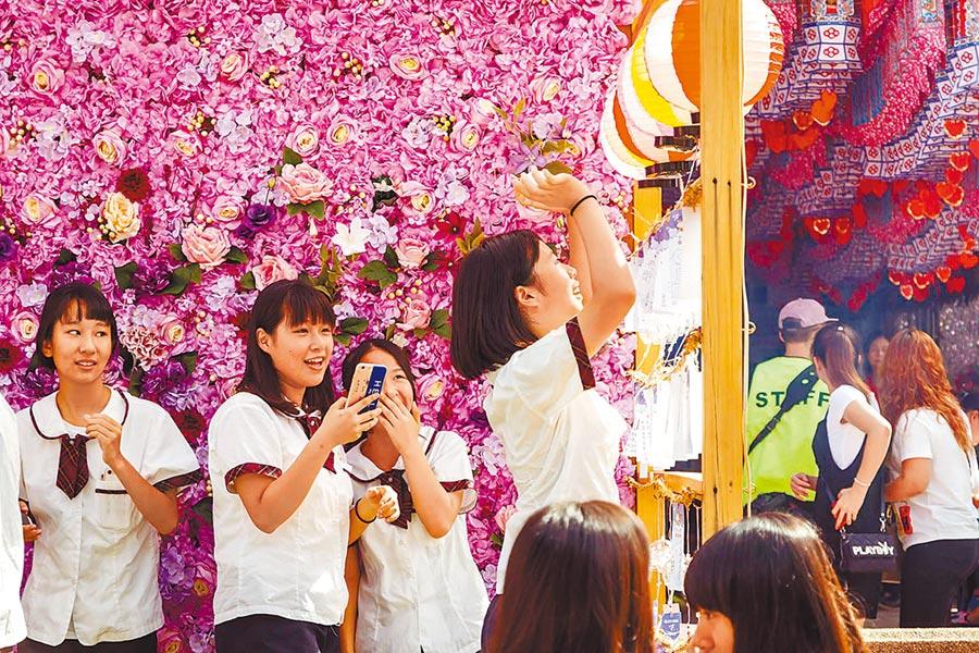 竹蓮寺舉辦多年的成年禮儀式,讓孩子們寫下並懸掛成年祈願卡。(竹市府提供/邱立雅竹市傳真)