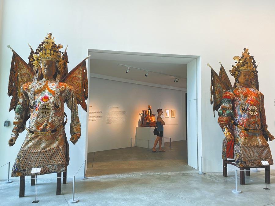 在南美館遇見八家將、門神、大型創意符令等等傳統信仰!台南有「眾神之都」稱號,台南市美術館即日起至11月8日推出「向眾神致敬─宮廟藝術展」。(曹婷婷攝)