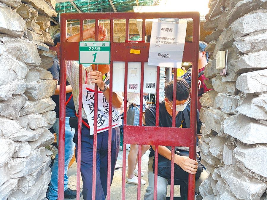 援者在陳致曉住家鎖上鐵門,與門外警察對峙。(曹婷婷攝)