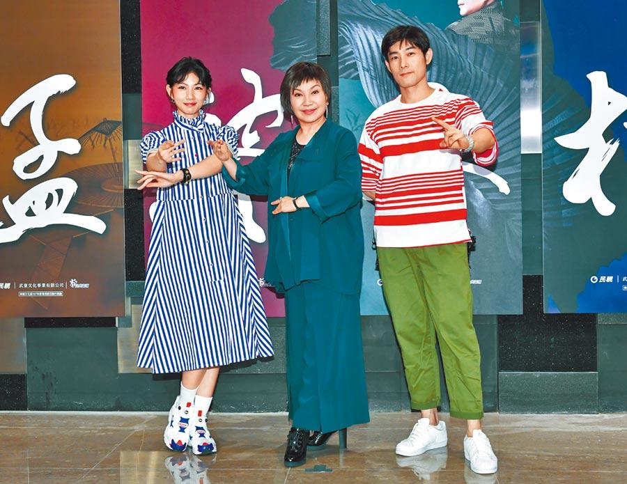 李千那(左)、施易男(右)在新劇飾演梁山伯與祝英台,製作人唐美雲(中)讚兩人表現亮眼。(盧禕祺攝)