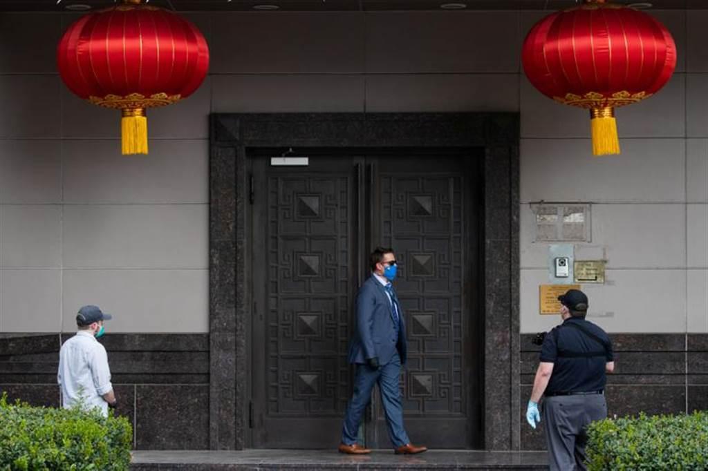 據路透社報導,隨著美方要求陸駐休士頓領事館於24日閉門期限已到,一群美國官員正在強開大門。圖為已進入領事館的美方官員。(路透社)