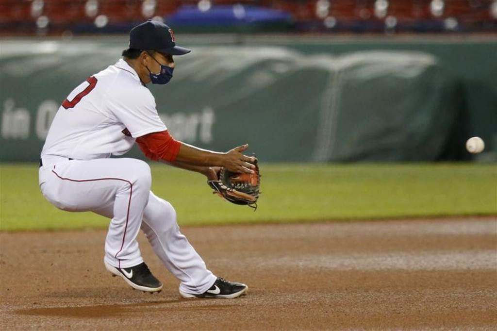紅襪隊台灣打者林子偉戴著口罩上場守備。(美聯社)