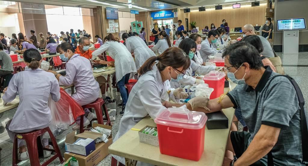台大新竹生醫分院舉辦免費肝炎篩檢活動,動員200名醫護人員為民眾做「保肝篩檢」。(羅浚濱攝)