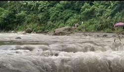 大豹溪山洪暴發! 一家人受困 溪水暴漲驚險畫面曝光
