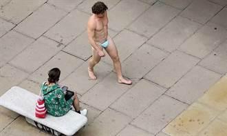 倫敦男裸體逛大街 僅用「口罩當丁字褲」遮下體!路人全看傻