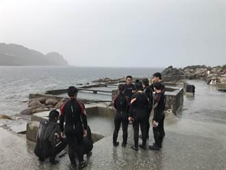 龍洞百名遊客遭浪捲竟是誤報  2人遭救回教練學員仍躲雨上課