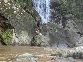 溪水暴漲!情侶受困尖石比麟瀑布岩壁 消防救上岸