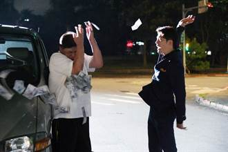 黃少祺鈔票狠砸導演馮凱臉 砸到手軟還稱「很過癮」
