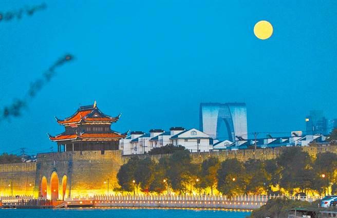 疫情影響,台商已不敢期待今年中秋返台。圖為台商聚集的蘇州中秋節夜景。(新華社資料照片)