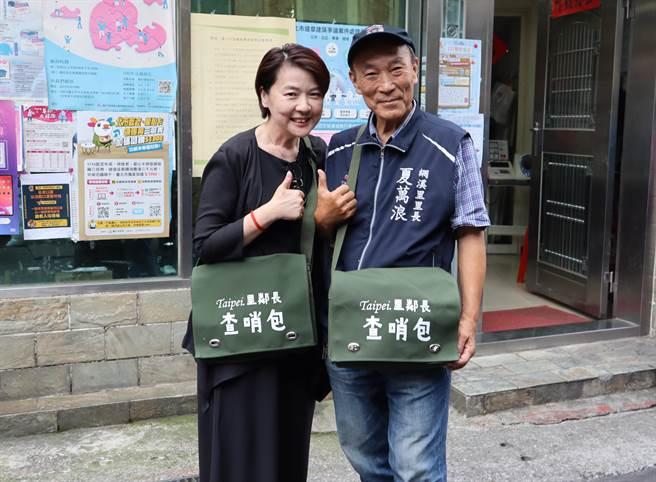 台北市副市長黃珊珊(左一)也稱讚包包很有特色,一同背著包包合照。(夏萬浪提供/游念育台北傳真)