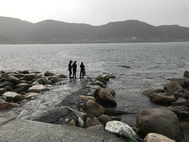 民眾誤報龍洞有百名遊客遭浪捲,現場尚有潛水客。(張穎齊攝)