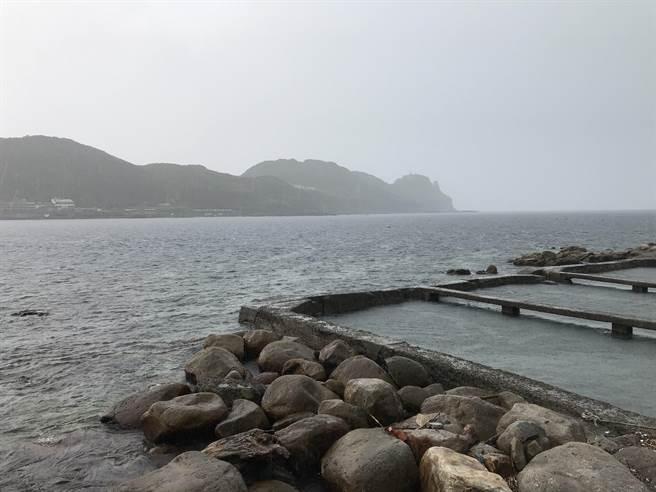 午後大雷雨,龍洞驚傳有百名遊客遭浪捲,實屬誤報。(張穎齊攝)