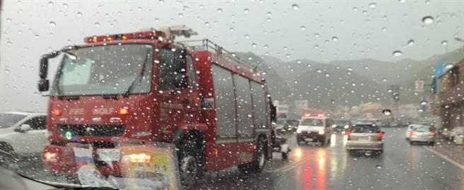 消防車陸續離開。(張穎齊攝)