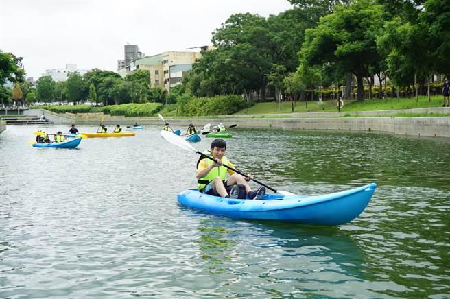 獨木舟體驗營於豐原葫蘆墩公園軟埤仔溪水域舉行,民眾開心駕船悠遊。(王文吉攝)