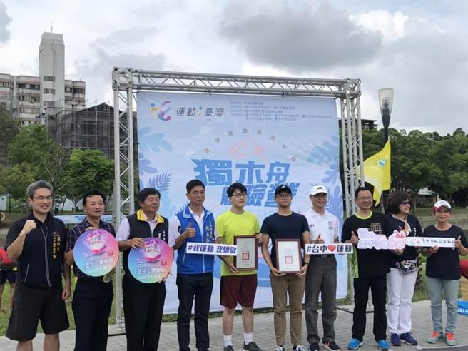 台中市運動局舉辦獨木舟體驗營,鼓勵民眾走出戶外,並宣傳水域運動知識。(王文吉攝)