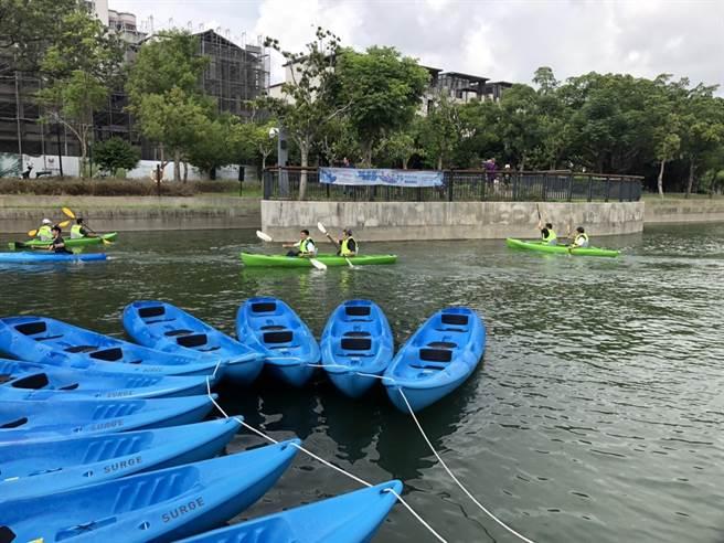 台中市體育總會輕艇委員會提供25艘獨木舟讓民眾免費體驗。(王文吉攝)