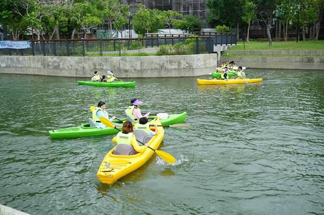 民眾2至4人乘坐一艘獨木舟下水,在1公頃平靜湖面體驗30分鐘,有人不小心互撞,歡樂滿滿。(王文吉攝)