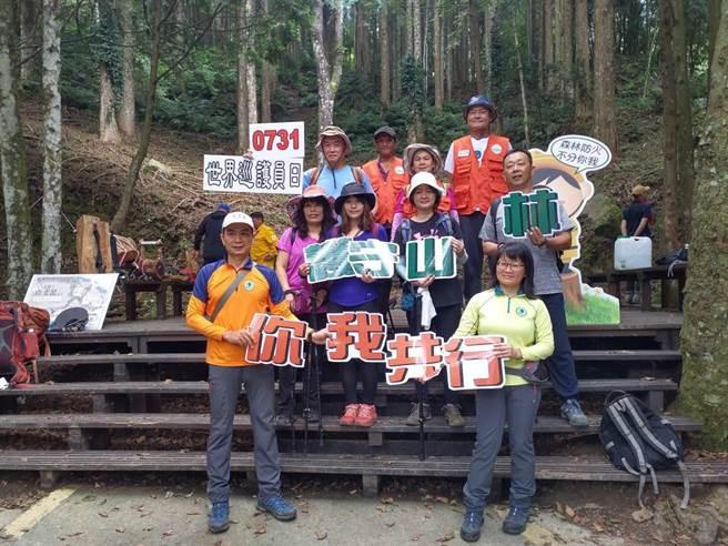 熱愛爬山的山友們踴躍參加巡護體驗,親身瞭解森林護管員日常工作的點滴。(新竹林區管理處提供/何冠嫻苗栗傳真)