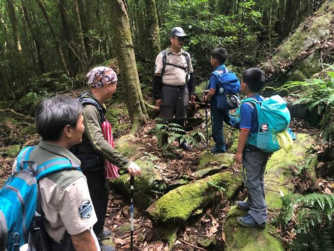 山友25日踴躍參加巡護體驗,親身瞭解森林護管員日常工作的點滴。(新竹林區管理處提供/何冠嫻苗栗傳真)