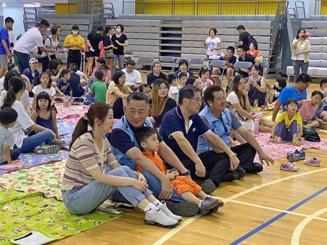 縣長楊鎮浯與來自大陸重慶的另一半張婭玲(前左)開心參加〈新移民公共事務協會〉在金大舉辦的親子活動。(李金生攝)