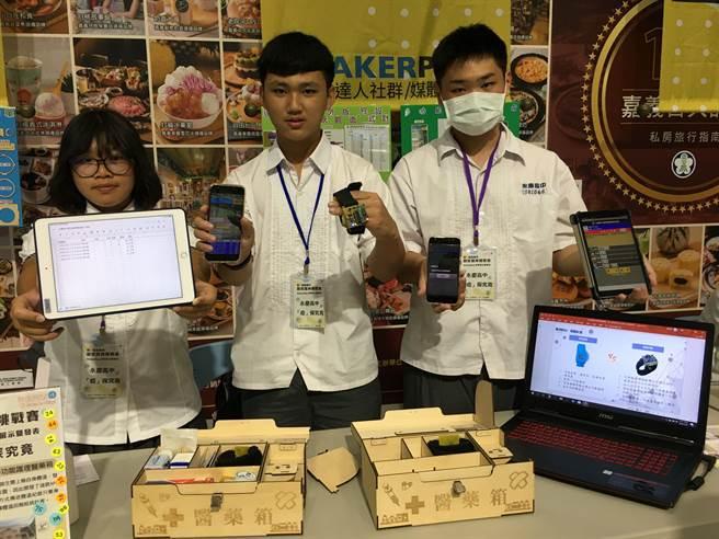 永慶高中學生研製遠距體溫登記系統及智慧科技醫藥箱,奪下嘉義市創客挑戰賽第三名。(廖素慧攝)