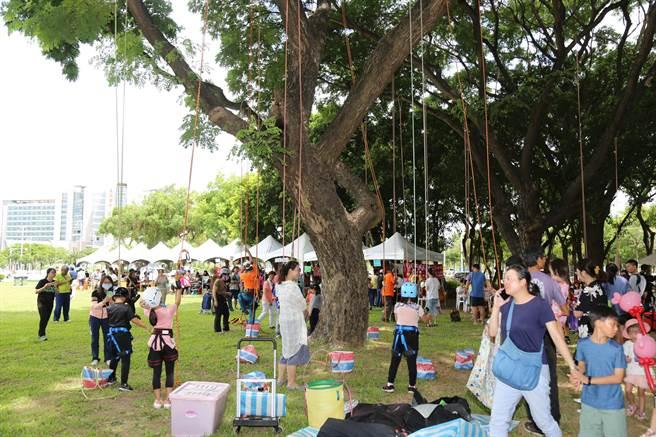 縣府農業處還推出攀樹親子體驗活動,由專業攀樹高手一對一指導。(張毓翎攝)