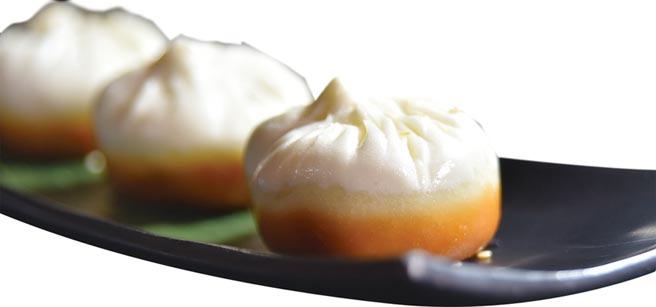 〈香煎叉燒包〉是〈晶華軒〉港點主廚吳滿權的「老菜新鮮」之作,他將傳統〈叉燒包〉在麵糰中加鹼水的過程去除,捏製包子,蒸熟後再在鐵板上香煎至底部金黃酥脆,形色味皆誘人。圖/姚舜