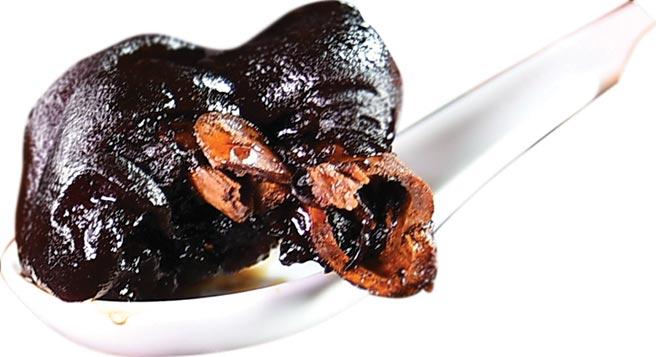 〈老廣豬腳煲薑醋〉簡稱「豬腳薑」,是用膠質豐富的豬腳、生薑、雞蛋、甜醋一起煮制浸泡而成,顏色漆黑透亮,散發誘人食慾的薑醋味。圖/姚舜