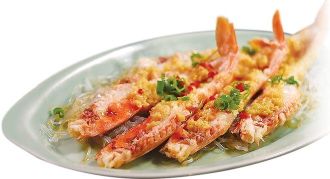 〈蒜蓉粉絲蒸開邊蝦〉是香港廚師收工下班後,約了朋友喝小酒、吃宵夜時必點菜式,如今〈晶華軒〉以澳洲帝皇蝦演繹這道菜。圖/姚舜