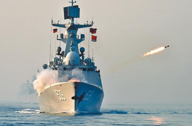 中美關係緊繃,南海局勢緊張,中共解放軍發布封海公告說,25日起至8月2日將在雷州半島以西海域舉行實彈射擊演習。圖為中國海軍導彈護衛艦,在南海聯合反潛課目中實施火箭彈發射。 (新華社)