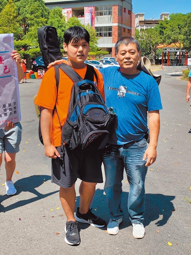 在輟學期間何志翔與父親相處狀況極不融洽,何父數度感謝大竹國中的校長及老師,在最關鍵時刻把兒子拉回正途。(大竹國中提供/姜霏傳真)