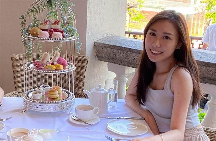 李麗珍女兒近日更新與友人下午茶照,氣質清純又甜美。(取自李麗珍女兒IG)