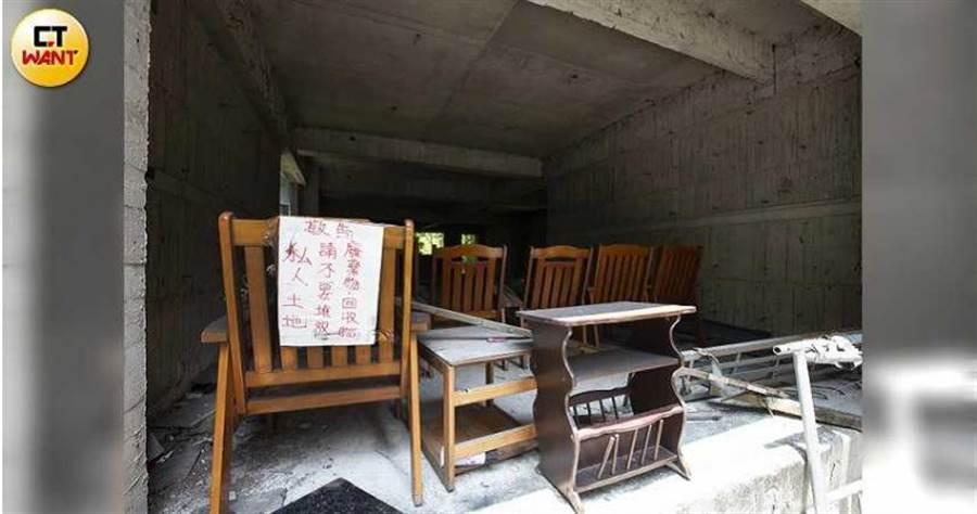 「池塘鬼屋」外觀殘破,還被放置許多椅子等廢棄物,居民憂心環境和安全問題。(圖/黃威彬攝)