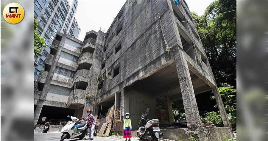 新莊區讓當地居民頭痛20年的「池塘鬼屋」,逢雨必淹,已經淹到地下1樓。(圖/黃威彬攝)