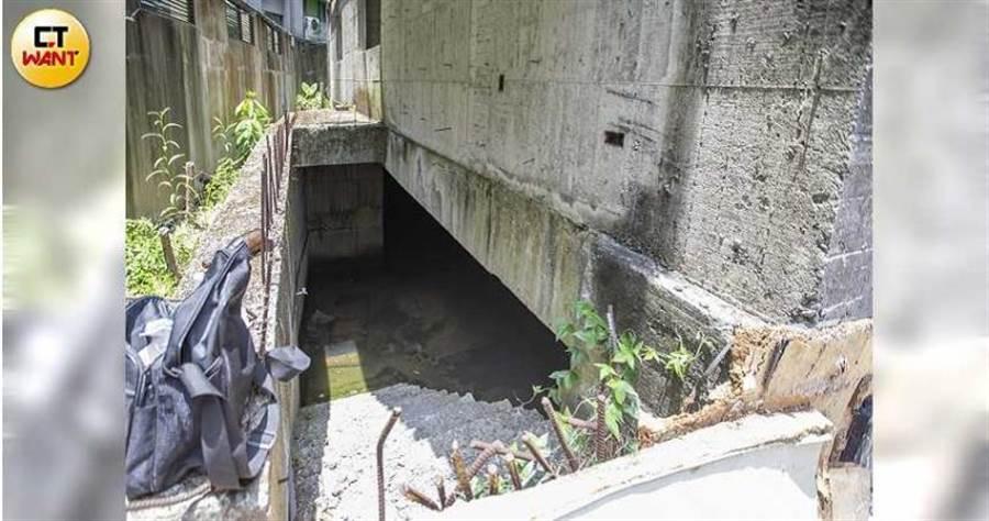 廢棄建物的地下室變成池塘,里長和居民都擔心可能爆發本土登革熱。(圖/黃威彬攝)